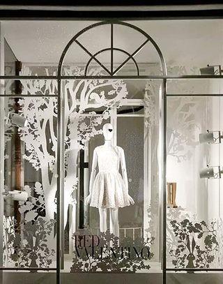 时尚服装店橱窗装饰效果图