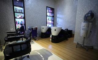 大型时尚美发店洗头区装修效果图