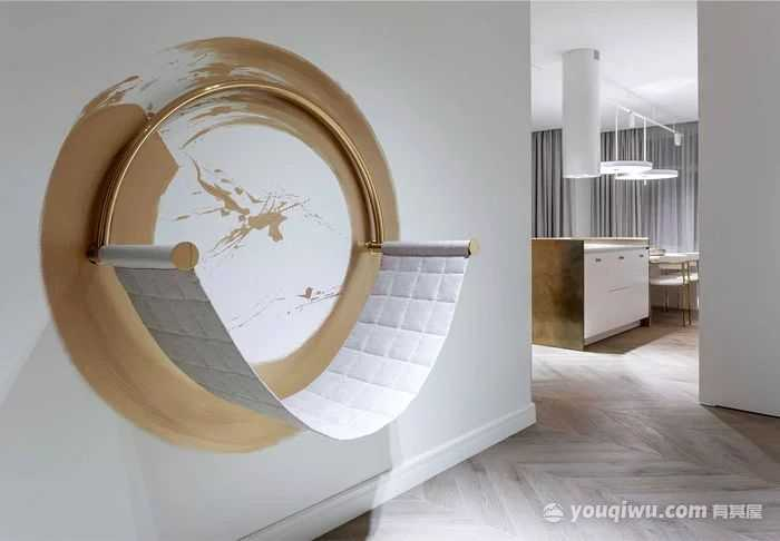 现代风格三居室,黄铜元素如涓涓流水